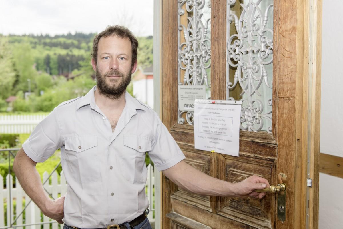 Auch die historische Haupttüre wurde gedämmt, um den Wärmeverlust zu stoppen: Gemeinderat Philipp Häuselmann im Eingang zur Bäriswiler Gemeindeverwaltung.