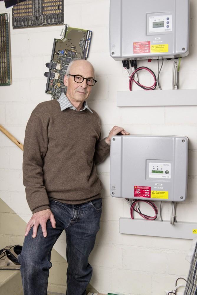 Hier läuft der Solarstrom vor der Einspeisung ins Netz durch: Werner Wegmüller vor einem Wechselrichter.